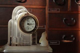 ビンテージの置き時計とマスコットのペリカンの写真・画像素材[843430]