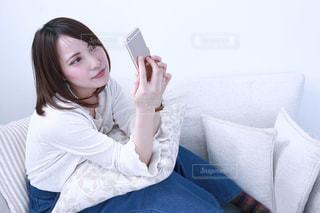 スマートフォンを見る女性の写真・画像素材[1018896]