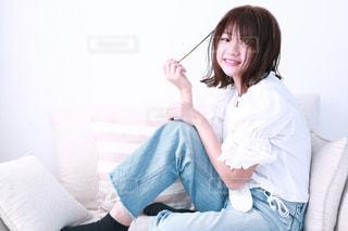 ベッドの上に座っている人の写真・画像素材[1064268]