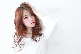 白いシャツを着ている女性の写真・画像素材[1136479]