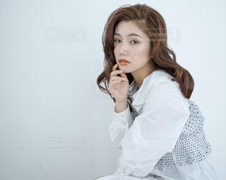 白いシャツを着ている女性の写真・画像素材[1181515]