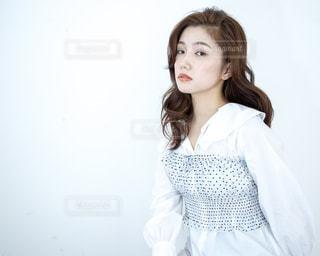 白いシャツを着ている女性の写真・画像素材[1181516]