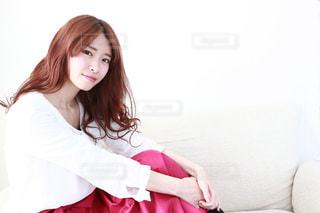 白いブラウスを着ている若い女性の写真・画像素材[1192888]