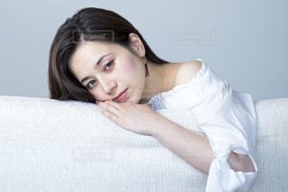 ソファでくつろぐ若いステキな女性の写真・画像素材[1225312]