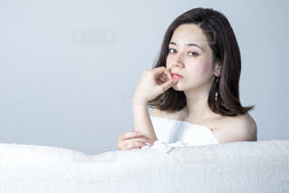 ソファでくつろぐ若いステキな女性の写真・画像素材[1225313]