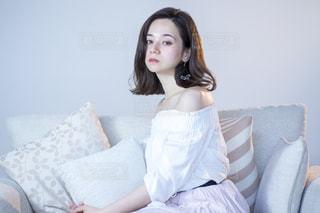 ソファでくつろぐ若いステキな女性の写真・画像素材[1225314]