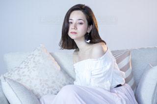 ソファでくつろぐ若いステキな女性の写真・画像素材[1225315]
