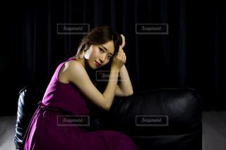 ソファに座っている女性の写真・画像素材[1466339]