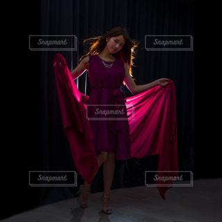 ドレスを着ている女性の写真・画像素材[1466341]