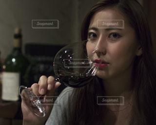 ワイングラスを持つ女性の写真・画像素材[1516940]