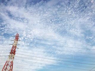 空を飛んでいる人の写真・画像素材[812737]