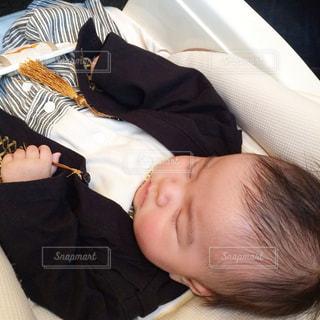 赤ちゃんのベッドの上で横になっています。の写真・画像素材[867407]