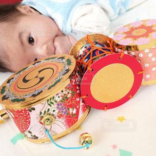 赤ちゃんのベッドの上で横になっています。の写真・画像素材[867412]