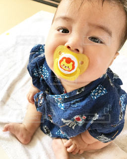 赤ん坊を持っている人の写真・画像素材[867422]