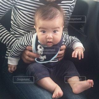 若い男の子と赤ん坊を保持 - No.867424