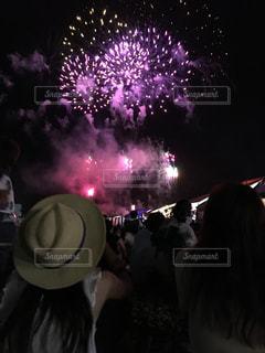 人混みの中で花火鑑賞の写真・画像素材[813494]
