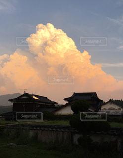夕日に染まった入道雲の写真・画像素材[813526]