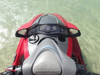 水の体の横に赤いバイク駐車の写真・画像素材[812369]