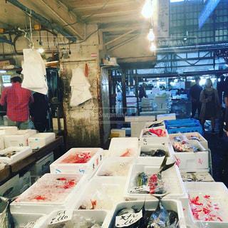 店の人々 のグループは食べ物がたくさんでいっぱいの写真・画像素材[1174834]
