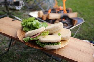 木製のまな板の上に食べ物 - No.817222