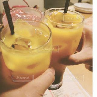 コーヒー カップの横にあるオレンジ ジュースのガラスの写真・画像素材[813585]