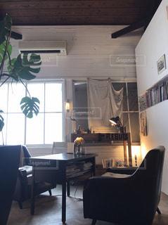 リビング ルームの家具と大きな窓いっぱいの写真・画像素材[1289792]
