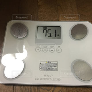 電子レンジの上の時計の写真・画像素材[2108420]