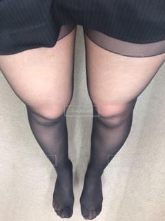 黒いドレスを着た女性の写真・画像素材[2224250]