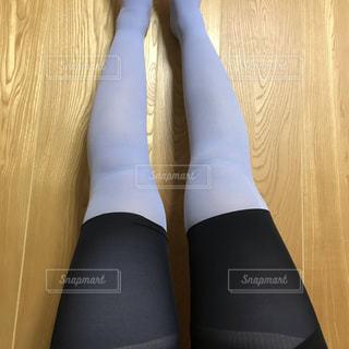 黒と青の靴を履いた足のペアの写真・画像素材[2722557]