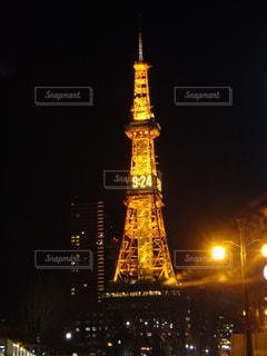 夜の街にそびえる大きな時計塔 - No.814592