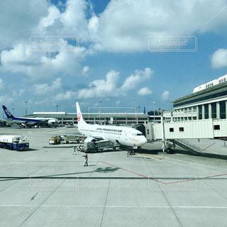 空港で駐機場に止まっている飛行機の写真・画像素材[814109]