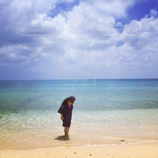 砂浜に立っている女性の写真・画像素材[814261]