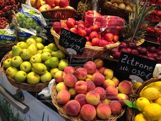 様々 な新鮮な果物や野菜の展示の写真・画像素材[815354]