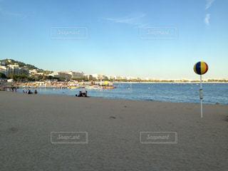 水の体の横にある砂浜のビーチの写真・画像素材[815392]