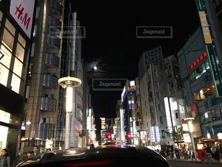都会の狭い夜空に月の写真・画像素材[814456]