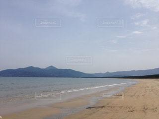 水の体の横にある砂浜のビーチの写真・画像素材[814542]