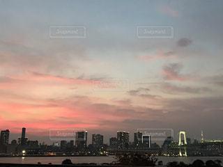 夕暮れ時のレインボーブリッジの写真・画像素材[1600625]