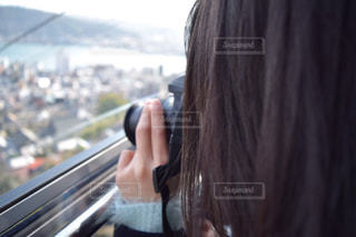 携帯電話で通話中の女性の写真・画像素材[816117]