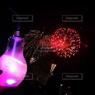 近くに夜の赤色光のアップの写真・画像素材[815158]