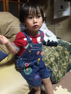 ベッドの上に座っている小さな男の子の写真・画像素材[817193]