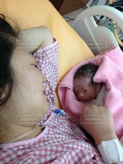 生まれたばかりの赤ちゃんとお母さん。の写真・画像素材[817201]