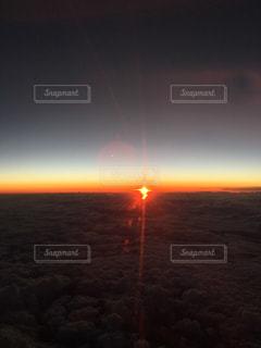 飛行機から見る夕日の写真・画像素材[816460]