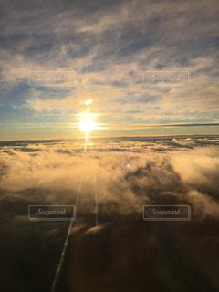 雲に挟まれる太陽の写真・画像素材[816462]