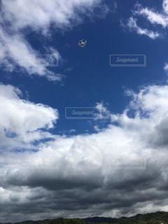青空を飛ぶドローンの写真・画像素材[816860]