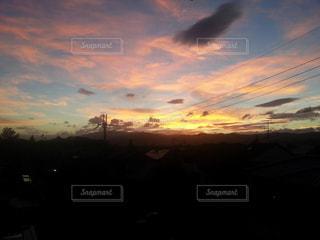 街に沈む夕日の写真・画像素材[817595]