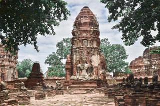 石造りの建物の前の人々のグループの写真・画像素材[2293812]