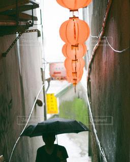 傘をさす人の写真・画像素材[815457]