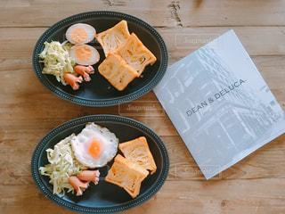 木製のテーブルの上に座って食品のプレートの写真・画像素材[908203]
