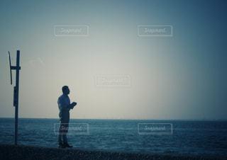 防波堤に立つ男性の写真・画像素材[863234]