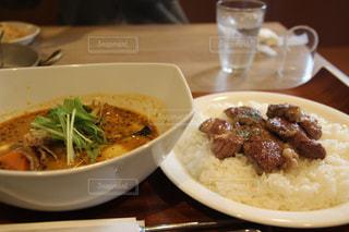 テーブルの上の皿の上に食べ物のボウル - No.817286